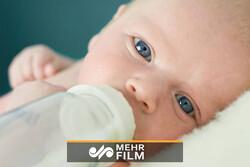 رئیس پارلمان نیوزیلند در حال شیر دادن به کودک خود