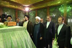 صدر اور کابینہ کے ارکان کا حضرت امام خمینی (رہ) حرم میں تجدید عہد