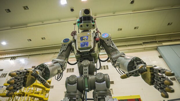 ربات انسان نمای روسی در فضا معلق ماند