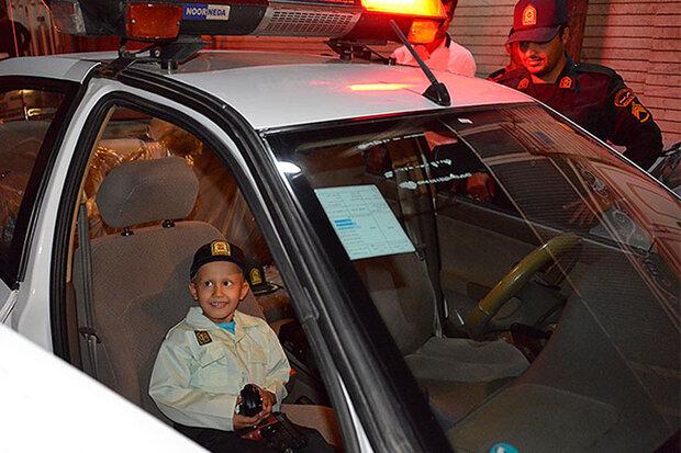 کودک مبتلا به سرطان در قم لباس پلیس پوشید
