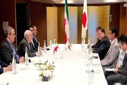 ظريف يناقش مع نظيره الياباني آخر التطورات المتعلقة بالاتفاق النووي