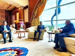 Zarif meets Malaysian PM in Kuala Lumpur
