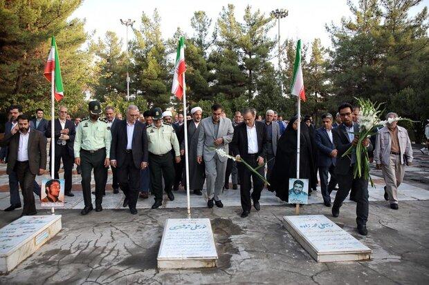 استاندار خراسان رضوی به مقام شامخ شهدای گرانقدر ادای احترام کرد