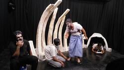 اجرای نمایش «کورگم ها» در قروه/ تیر فقر به افکار آدمی روایت شد