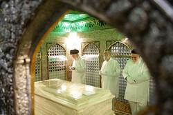 رہبر معظم کی موجودگی میں قبر مطہر امام رضا (ع) سے غبار صاف کرنے کی تقریب منعقد