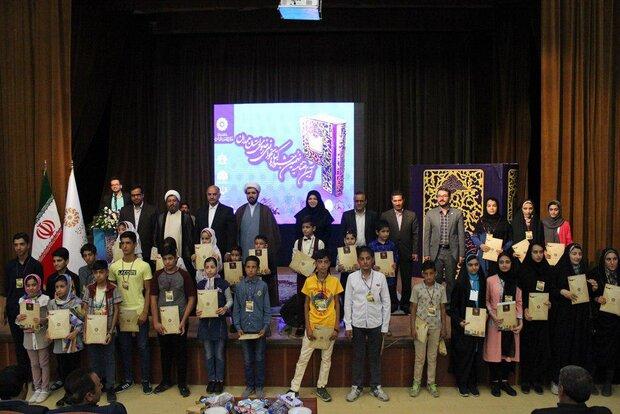 برگزیدگان جشنواره کتابخوانی رضوی در ملایر تقدیر شدند