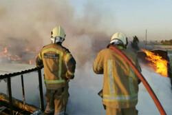 ۴ ساعت تلاش برای مهار آتش در انبار ۱۵ هزار متری چوب در باغستان