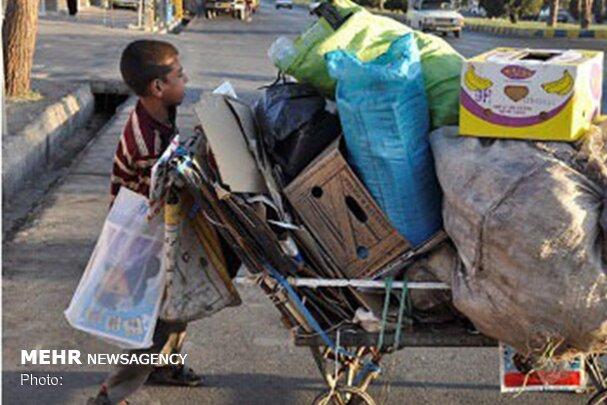 شهرداری کرج از بهکارگیری کودکان برای جمعآوری ضایعات جلوگیری کند