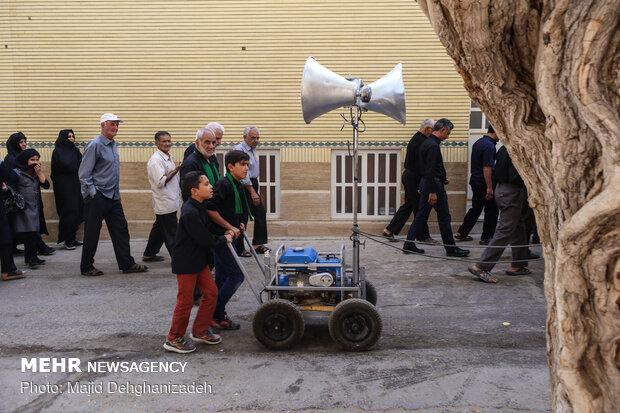 """تقاليد محرم.. """"طواف المدينة"""" في مهريز يزد"""