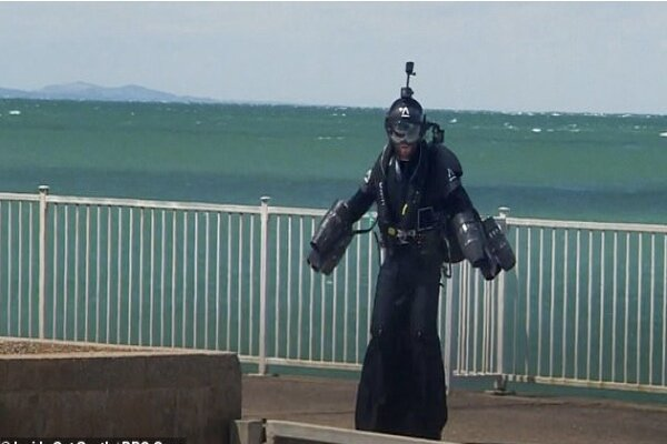 VIDEO: British inventor of jet-engine suit flies to deliver a letter