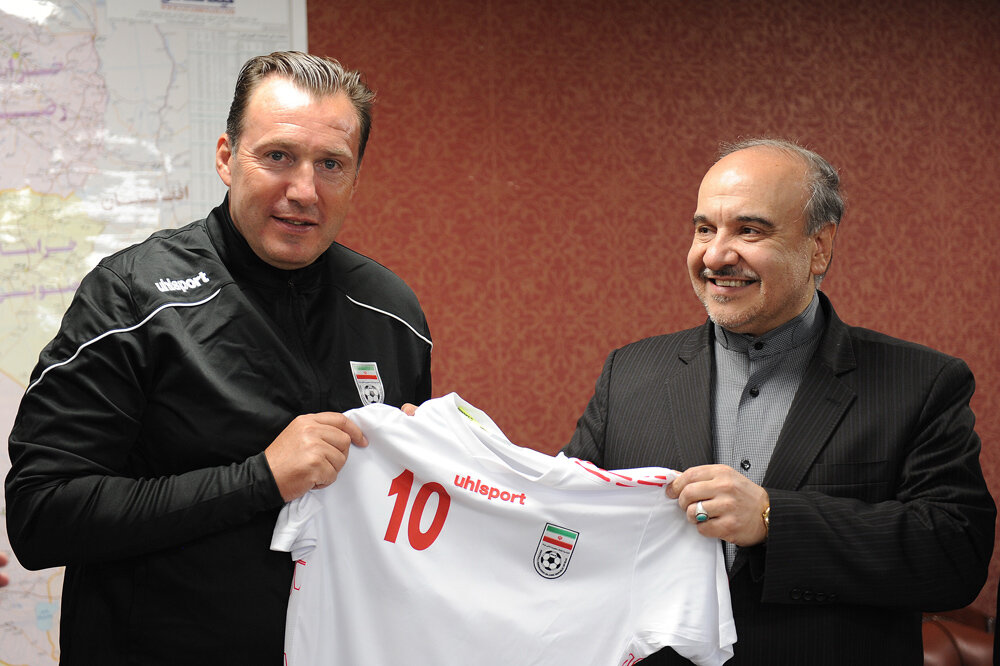 new concept aa4b1 6a2ae Marc Wilmots hands Team Melli No. 10 shirt to Iran's sports ...
