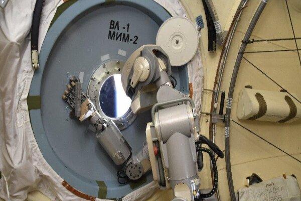 ربات روسی ایستگاه فضایی بین المللی در تعمیرات کمک می کند