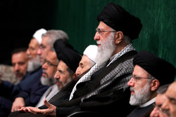 رہبر معظم کی موجودگی میں حسینیہ امام خمینی (رہ) میں مجلس عزا منعقد