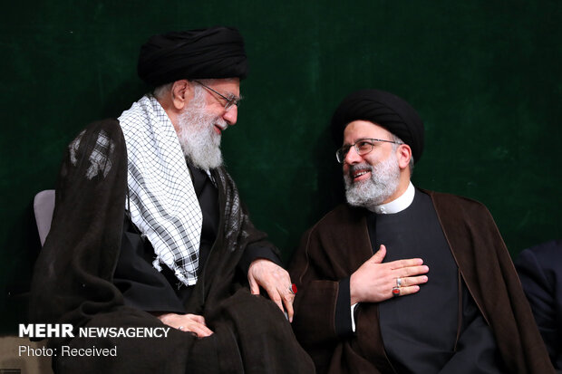 Leader attends Imam Hussein's mourning ceremony
