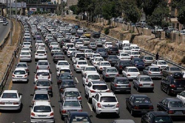 ترافیک در محورهای منتهی به پایتخت نیمه سنگین است