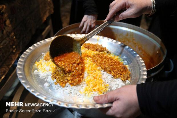 İran'da evlerde yapılan geleneksel matem töreni