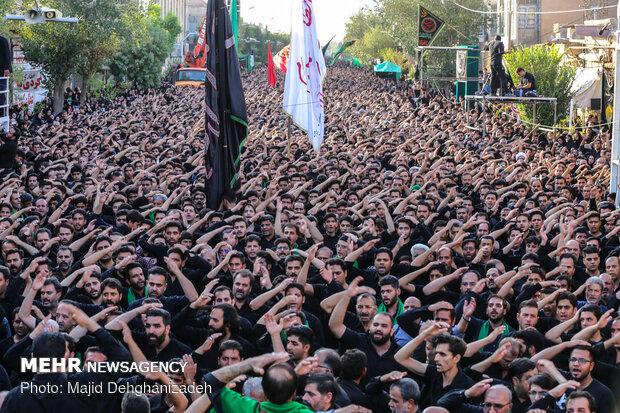 اجتماع بزرگ عاشوراییان در یزد حسینیه ایران