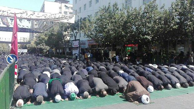 عزاداری و برگزاری نماز ظهر عاشورا در محورهای منتهی به حرم مطهر