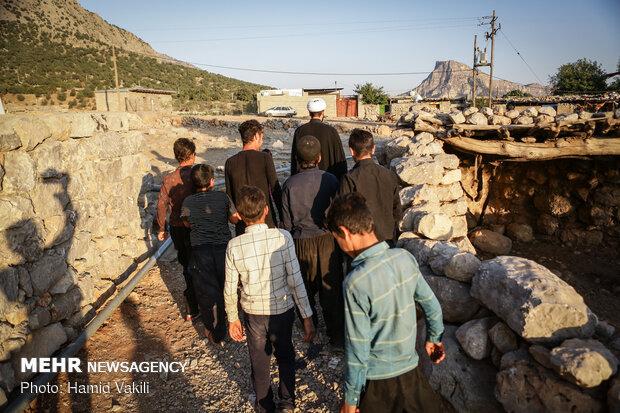 کودکان به همراه دیگر اهالی هر روز به دنبال حجت الاسلام صالحی مبلغ دینی روستا در جلسات روزانه ویژه محرم شرکت می کنند.