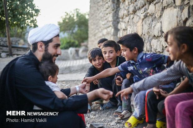 بازی حجت الاسلام صالحی با کودکان در روستا