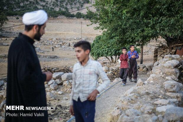 مشاوره و همفکری با نوجوانان یکی از فعالیت های مبلغان دینی در روستاها در ماه محرم است.