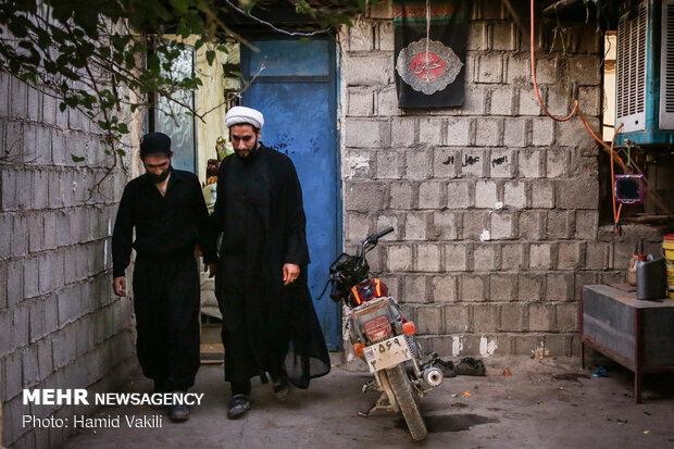 حجت الاسلام صالحی در طول روز به خانه اهالی روستا سر می زند و حال آنها را جویا می شود.