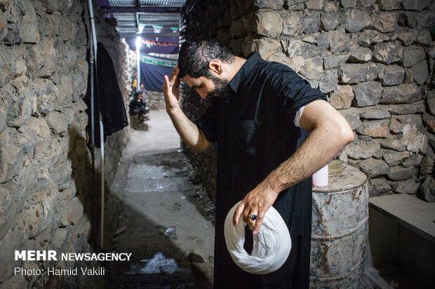 آماده شدن و وضو گرفتن حجت الاسلام برای برگزاری نماز جماعت در شب های محرم