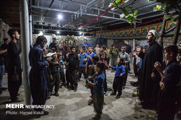 سینه زنی و عزاداری در شب های محرم با مداحی اهالی روستا و گویش های محلی