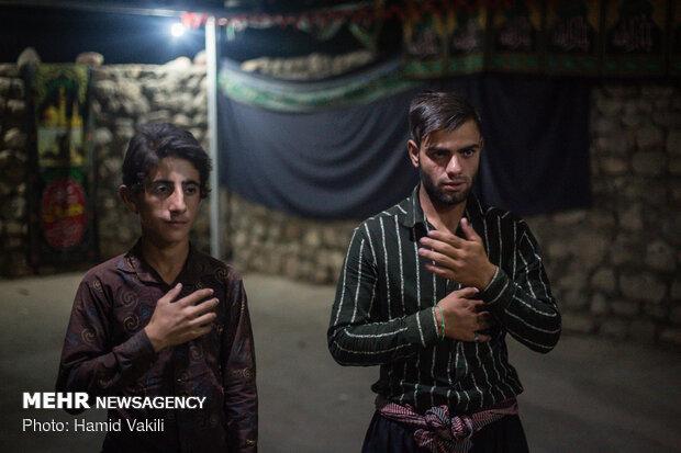 سینه زنی و عزاداری مردم روستا در شب های محرم
