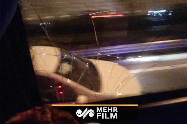 لحظه شکستن شیشه اتوبوس تیم استقلال بعد از بازی با نفت مسجد سلیمان