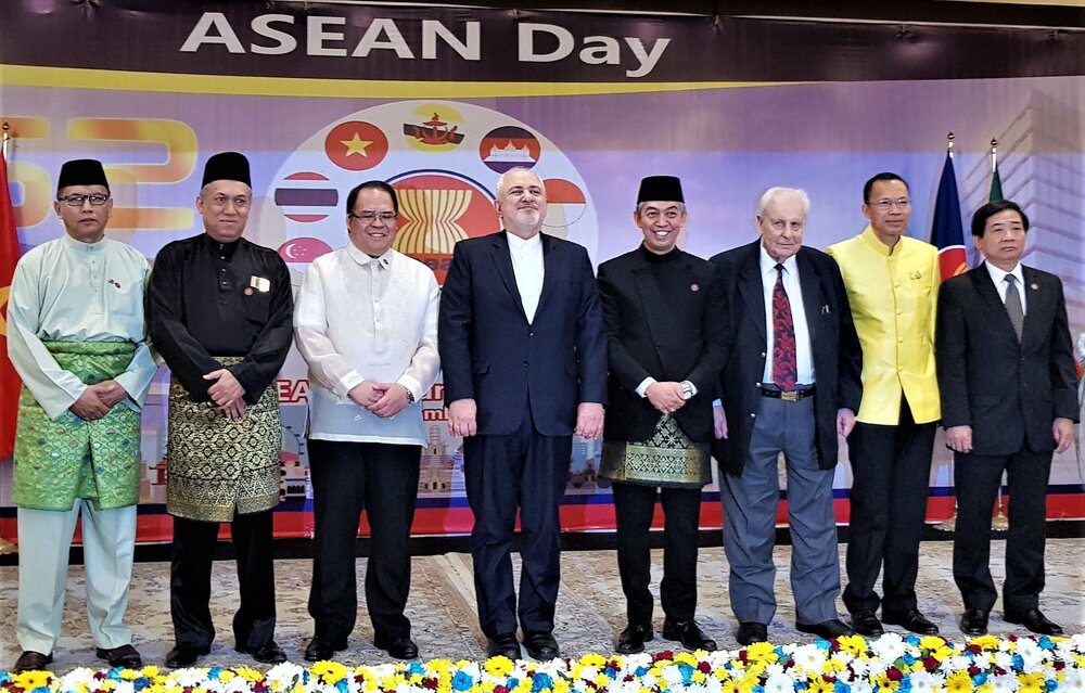Zarif, ASEAN ambassadors pose for group photo at ceremony on ASEAN Day in Tehran, September 18, 2019 (Photo: Mehdi Sepahvand, Tehran Times)