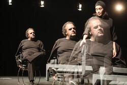 تئاتر رامبد جوان با حضور چهرهها روی صحنه رفت