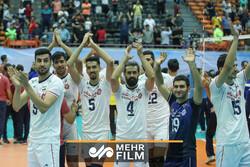 لحظه اهدای جام قهرمانی به تیم ملی والیبال