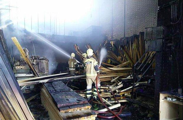 کارگاه چوب بری در شمال تهران آتش گرفت