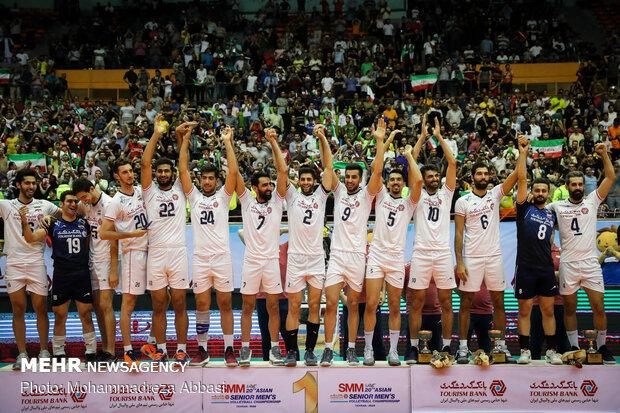 İranlı milli voleybolcular şampiyonluğu kutladı
