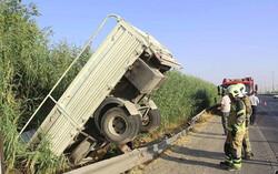 سقوط کامیونت به داخل نیزارهای حاشیه جاده
