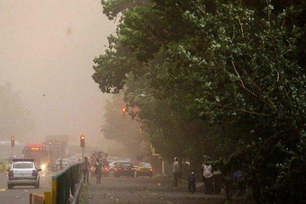 وزش باد همراه با گرد و غبار پایانه مرزی مهران را فرا گرفت