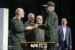 بوسه فرمانده کل سپاه بر دستان فرمانده قهرمان دوران دفاع مقدس
