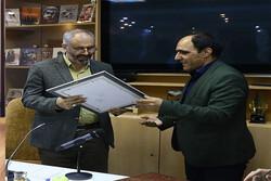 نشان درجه یک نویسندگی دفاع مقدس به محسن مومنی شریف اهدا شد