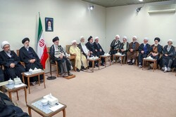 Leader meets with members of Assembly of Experts