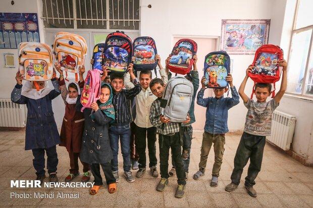 توزیع لوازم التحریر بین دانش آموزان شهرستان ماهنشان زنجان