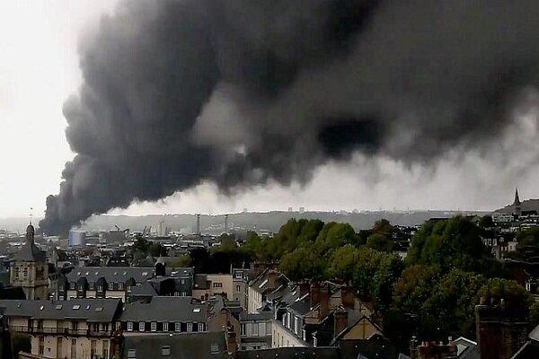 «روآن» فرانسه همچنان در آتش میسوزد