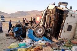 انحراف به چپ کامیون ولوو در نهاوند ۲ کشته برجای گذاشت