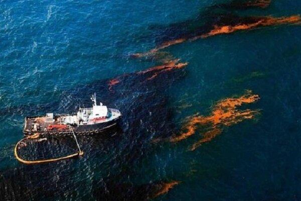 آسیبهای آلودگی نفتی در ساحل جزیره خارگ/ پاکسازی کامل انجام شود