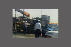 واژگونی کامیون بر روی خودرو سمند در بزرگراه امام رضا(ع)
