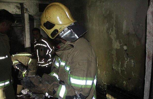نجات ساکنین ساختمان مسکونی از دود و آتش