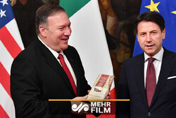 VIDEO: Italian woman gives Pompeo big block of parmesan