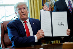 U.S. President Donald Trump displays an executive order imposing fresh sanctions on Iran in the Oval Office of the White House in Washington, U.S., June 24, 2019. (REUTERS/Carlos Barria)