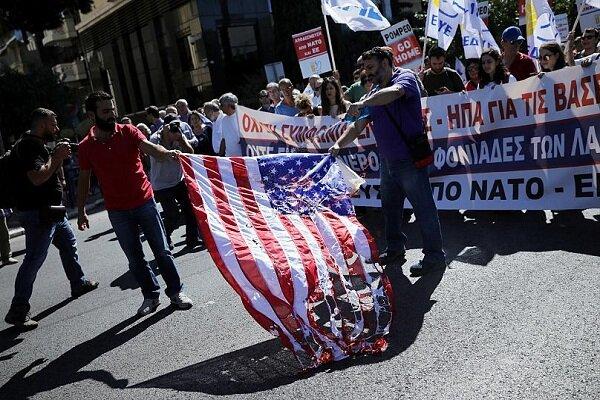 یونانیهای معترض پرچم آمریکا را به آتش کشیدند