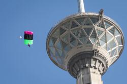 میلاد ٹاور سے بعض پولیس اہلکاروں کے چھلانگ لگانے کا منظر